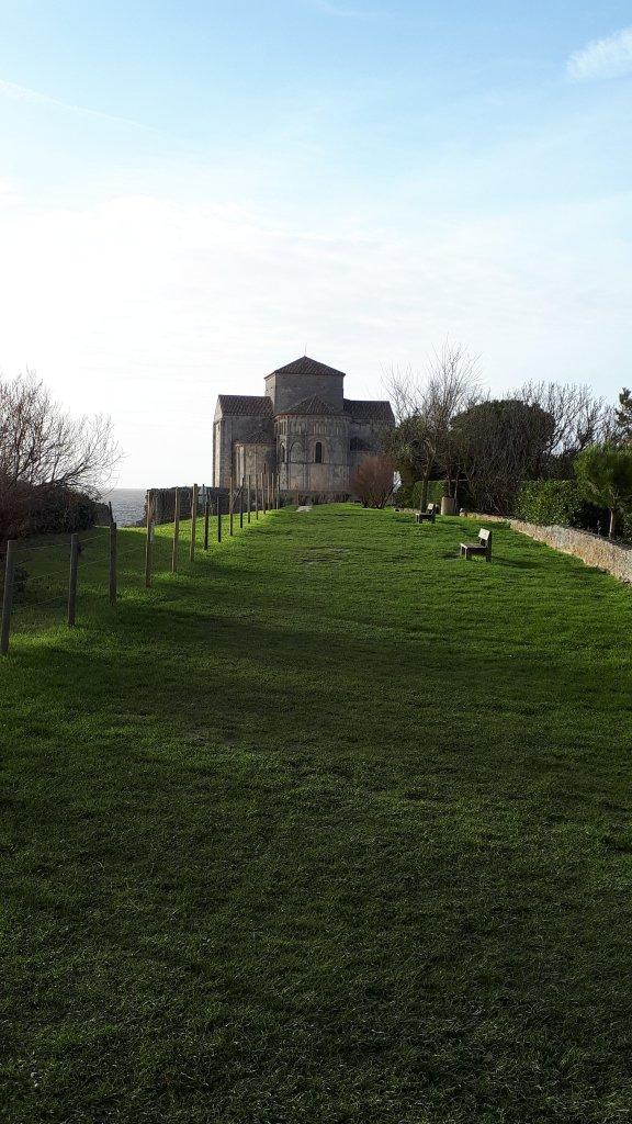 Côté sud de l'église de Talmont, une promenade avec vue sur la Gironde.